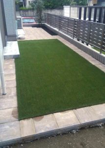 庭側タイル敷きと人工芝